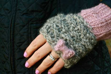 Click here to purchase the knitting pattern for the Bonnie Bow Wristwarmers.