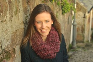 Click here to purchase the knitting pattern for the Berry Snood.